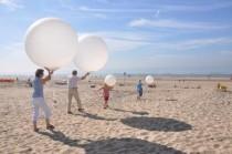 Ballonbestattung am Strand werden Ballons steigen gelassen