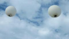 zwei Ballons steigen mit der Asche in den Himmel